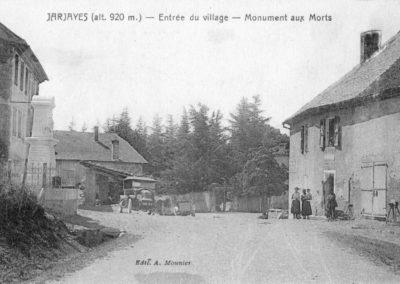 CPA Entrée du village Monuments aux morts